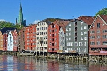 TRONDHEIM-(31)-Río-Nidelva,-Bryggen-y-Tore-de-la-Catedral-Portada-Especial